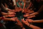 Las alumnas de Estudio Giselle Habibi se tatuaron las palmas de las manos con hennah para el festival.