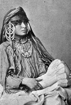 Mujer egipcia con tambor. 1870.