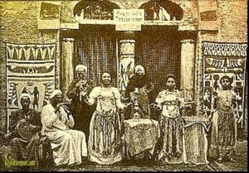 Ghawazee en un café egipcio. 1890.