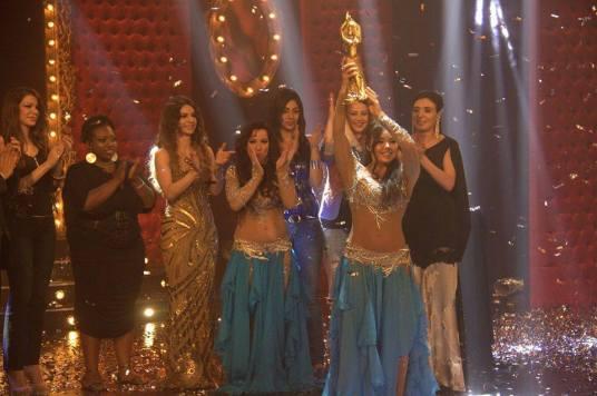 Alla Kushnir posa con su el trofeo junto a Soraya Shoheib, y detrás de ella, de izquierda a derecha, Brenda (Argentina), Miasia (Estados Unidos), la juez Ferial Youssef, Sahar (Egipto), Oxana Bazaeva (Rusia) y Dina Talaat.