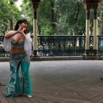Giselle Habibi bailando en el Kiosco Morisco
