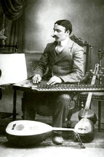 El músico de Azerbaiyán Meshadi Jamil Amirov tocando el qanun en Ganja en 1915.