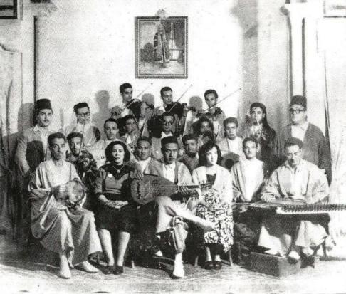 La fundación en 1934 de la asociación musical de La Rachidia es parte de la renovación cultural y social liderada por la élite tunecina para evitar la distorsión o pérdida de la herencia musical tunecina, considerada una las bases de la identidad nacional. La creación de la Rachidia también responde a las recomendaciones de la primera Conferencia de Música Árabe celebrada en El Cairo en 1932 que alentó a los países árabes para recoger y preservar su patrimonio musical nacional. Khemaïs Tarnane y Mohamed Triki, que son los principales responsables del renacimiento musical emprendido por la Rachidia, musicalizaron poemas de Jalaleddin Naccache o Mahmoud Bourguiba. Saliha, con su suave voz y refinada interpretación, es una de las grandes revelaciones de la institución.
