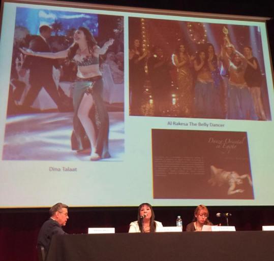 Giselle Rodríguez hablando sobre la historia de la danza oriental como parte del programa académico de la Semana Árabe 2016